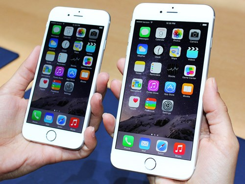 CUPERTINO, United States - Photo shows the iPhone 6 (L) and iPhone 6 Plus with screen sizes of 4.7 inches (about 12 centimeters) and 5.5 inches, respectively, unveiled by Apple Inc. on Sept. 9, 2014, in Cupertino, California. The new smartphones will be able to facilitate the company's new mobile payment system called Apple Pay. They will go on sale in 10 regions, including Japan, Hong Kong and Singapore on Sept. 19. (Kyodo)