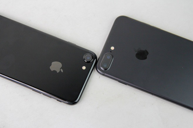 so-sanh-iphone-7-jet-black-va-black-hzseu2e3